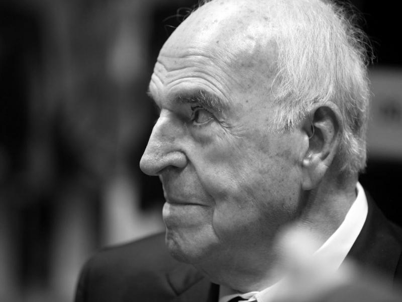 Kondolenzbücher und Trauerbeflaggung für Helmut Kohl