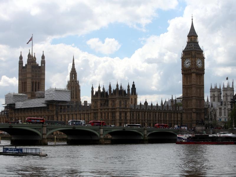 GroßbritannienUnterhaus stimmt über Neuwahl ab