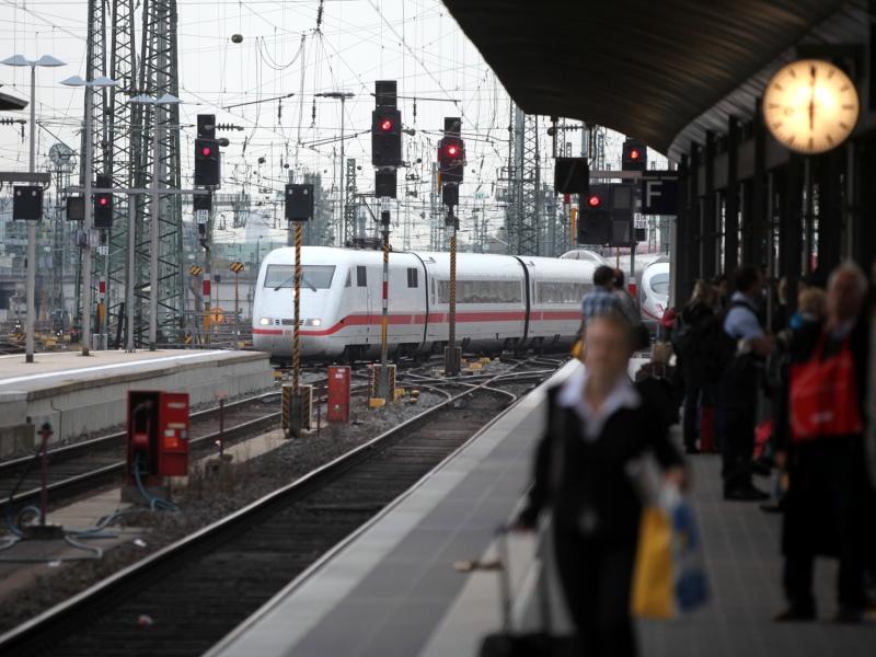 Bahnchef kündigt Ende der klassischen Fahrkarte an